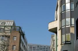 Façades modernes parisiennes ensoleillées.